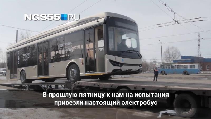 Электробус погружают на тягач чтобы увезти из Омска