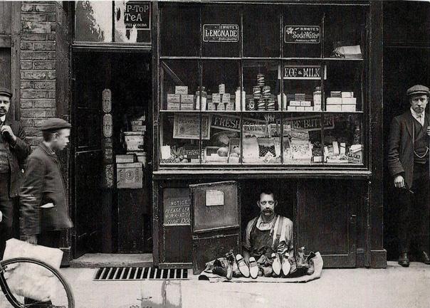 Самый маленький магазин обуви Продавец обуви в магазине площадью всего 1,2 кв.м. (Лондон, 1900 год)