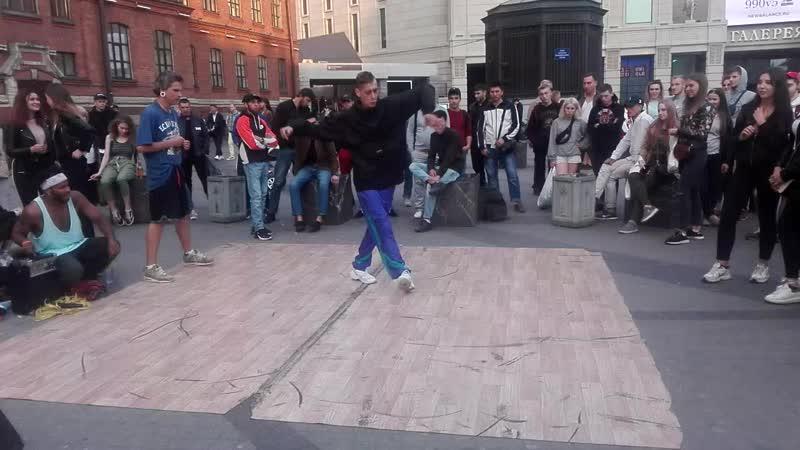 Негр развлекает публику своими танцами
