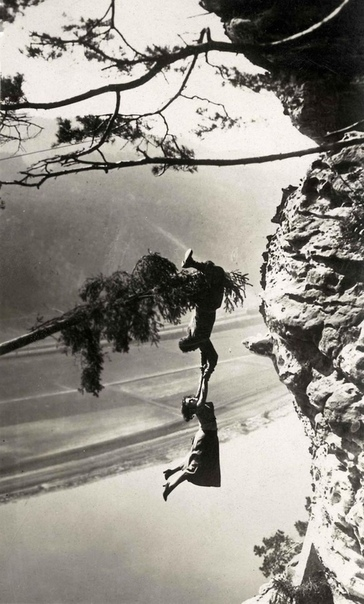 Лучано Альбертини и актриса Ля Де Путти во время съемок фильма «Die Schlucht des Todes» (Саксония, Альпы, Германия, 1923 год