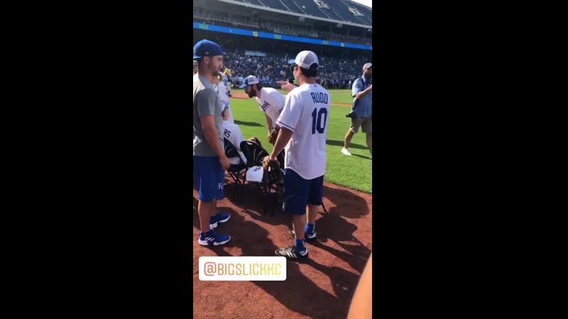 Katherine McNamara durante o jogo de baseball. 6 BigSlick BigSlick10