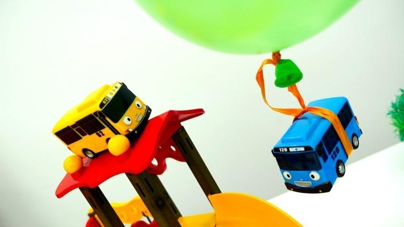 Tayo der Bus hat Geburtstag! Spielzeugautos für Kinder. Die Helfer Autos auf Deutsch.