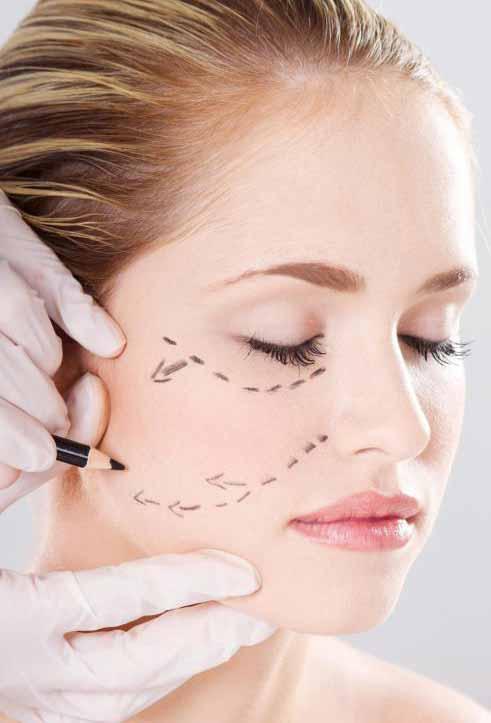Женщина готовится к косметической операции.