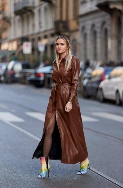 девушка в коричневом плаще