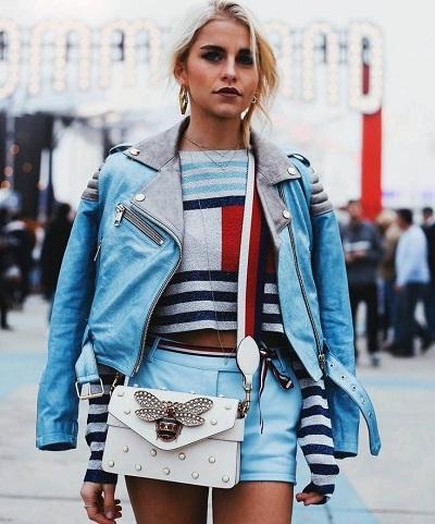 девушка в синей куртке косухе