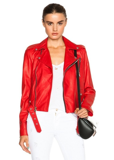 девушка в красной куртке косухе