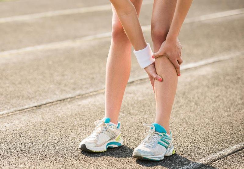 Резкая боль может быть признаком перелома.