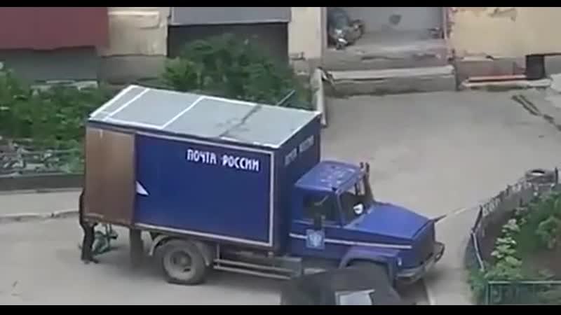 «Почта России» держит уровень, как всегда говно. В Екатеринбурге очевидец заснял на видео, как сотрудник ПР швыряет посылки.