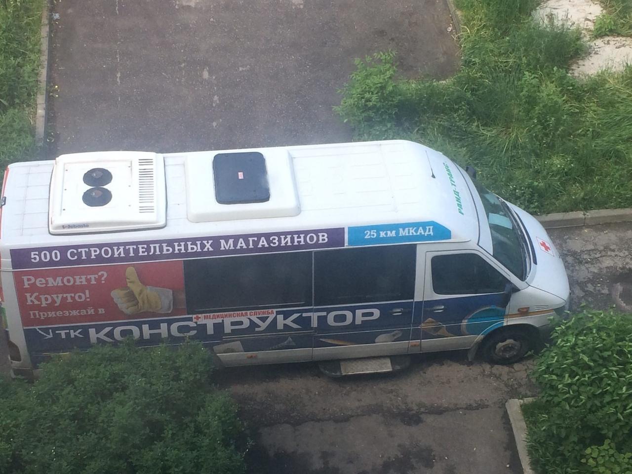 Машину скорой помощи, обклеенную рекламой...