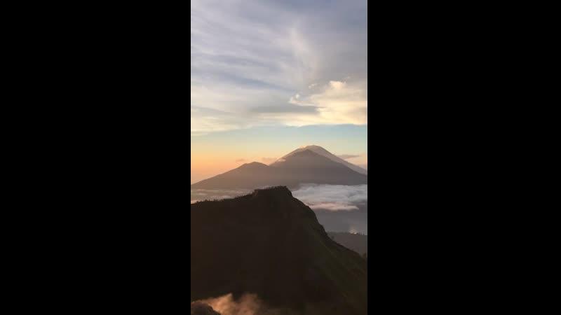Потрясающий рассвет на вулкане Батур