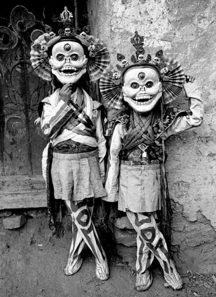 Этот снимок был сделан в первой половине XX века в Тибете На нем запечатлены мальчики-ламы в костюмах Читипати, также называемого Хохимой или «владыкой кладбищ». Этот персонаж имел вид