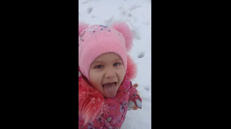ловит снежинки ртом