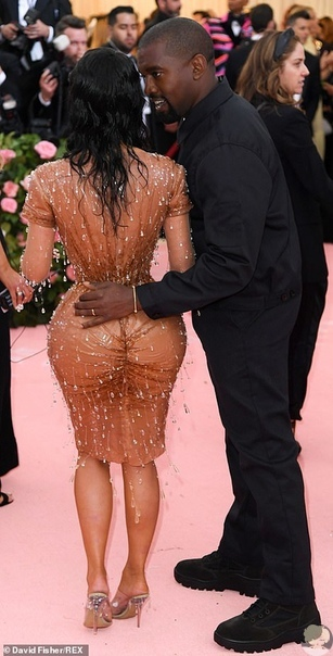 Красота требует жертв: Ким Кардашьян не могла сидеть в облегающем платье на Met Gala Глядя на осиную талию реалити-звезды, многие задавались вопросом: как она втиснулась в такое платье В