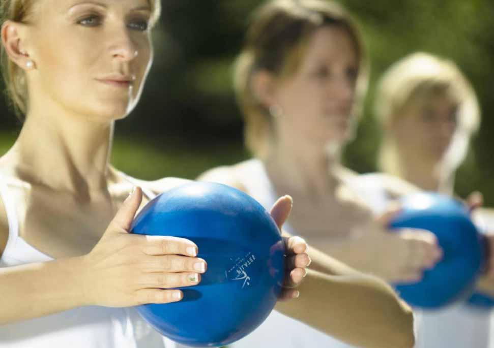 Небольшие лекарственные шарики можно использовать для тонирования рук во время некоторых видов йоги и пилатеса.