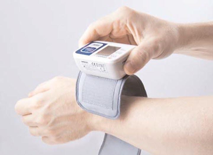 Измерение давления тонометром на запястье