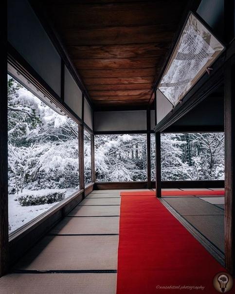 Фотограф запечатлел волшебную красоту храмов Киото зимой Япония славится своими красочными сезонами от цветения сакуры весной до яркой листвы осенью. Зимой же многие территории страны покрывает