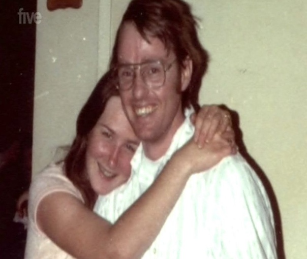 Девушка в ящике: подлинная история Кэмерон Хукер родился 5 ноября 1953 года в Альтурасе, штат Калифорния. Он много путешествовал со своей семьей. Бывшие одноклассники из начальной школы