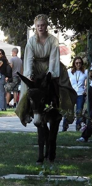 Эль Фаннинг в образе Екатерины Великой на съемках одноименного комедийного сериала