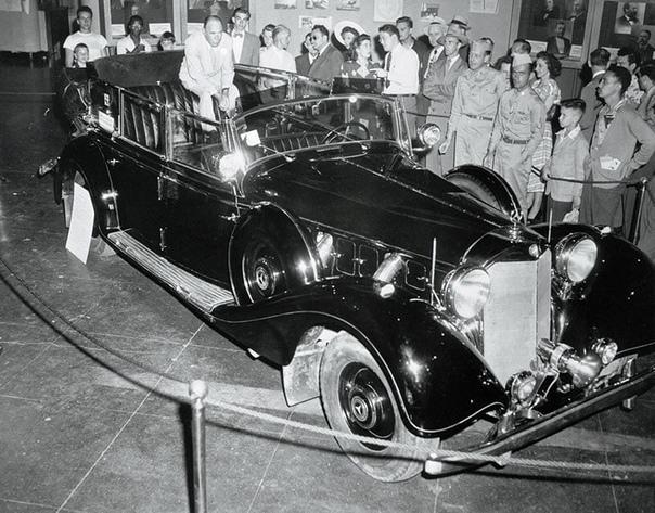 ЛЮБИМЫЙ АВТОМОБИЛЬ ГИТЛЕРА В НЬЮ-ЙОРКЕ Кабриолет Мерседес Бенц 770, парадный автомобиль Гитлера, прибывший в Нью-Йорк 28 июня 1948-го. Немецкого гостя встречала целая армия фотографов и новый