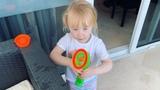 Юлия Проскурякова on Instagram Мокрые, растрёпанные, после пляжа, осваиваем подарок сестры Джулии (Юлии Николаевой)) огромный пузырепистолет