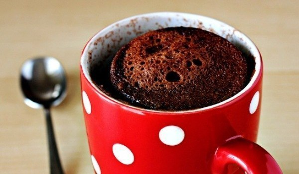 Кекс за 3 минуты 4 стол. л. муки, 4 ст.л. сахара, 1.5 ст.л. какао-порошка, 1 яйцо, 3 ст.л. молока, 2 ст.л. сливочного масла.Возьмите кружку. Насыпьте в нее муку. сахар и какао. Добавьте сырое
