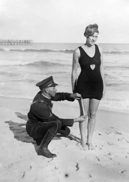 ШТРАФ ЗА БИКИНИ Адриатическое побережье Италии в Римини, 1957 год. Что же происходит Мы видим полицейского, который выписывает штраф обворожительной женщине за отдых на пляже в открытом бикини.
