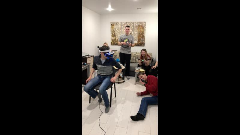 Вечер шлема VR с компании друзей