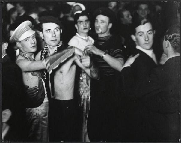 Секс, наркотики и кабаре: ночная жизнь Веймарской Германии. О каждой нации существуют стереотипы. Например, о немцах говорят, что они любят «орднунг», дисциплину и чистоту. Этот образ