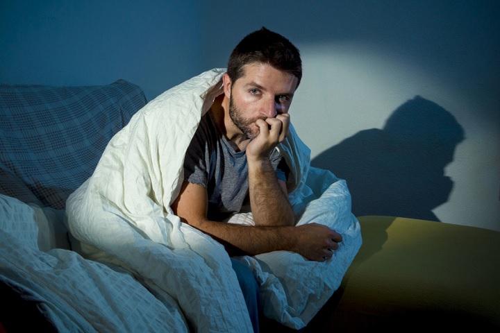 Люди с биполярной депрессией часто имеют проблемы со сном.