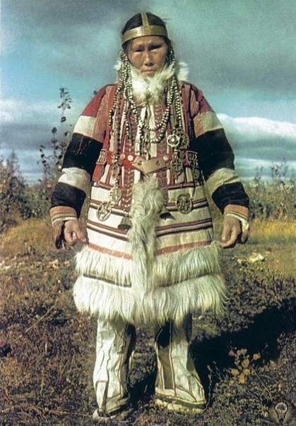 ТРАДИЦИОННЫЕ ЗАНЯТИЯ И БЫТ НГАНАСАН До середины XX в. нганасаны вели кочевой образ жизни. Основное традиционное занятие охота на дикого северного оленя, песцов, зайцев и птиц (куропаток, гусей,