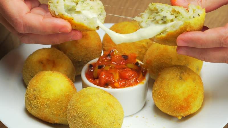 Аранчини с моцареллой и соусом арабьята. Сицилийская кухня.