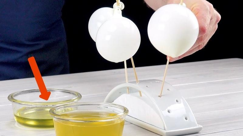 Погружаем воздушные шарики в желатин и берем пинцет Этот торт просто сказка