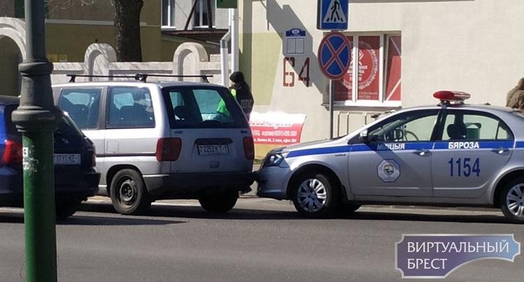 В Берёзе автомобиль ГАИ столкнулся с легковушкой, к счастью, никто не пострадал