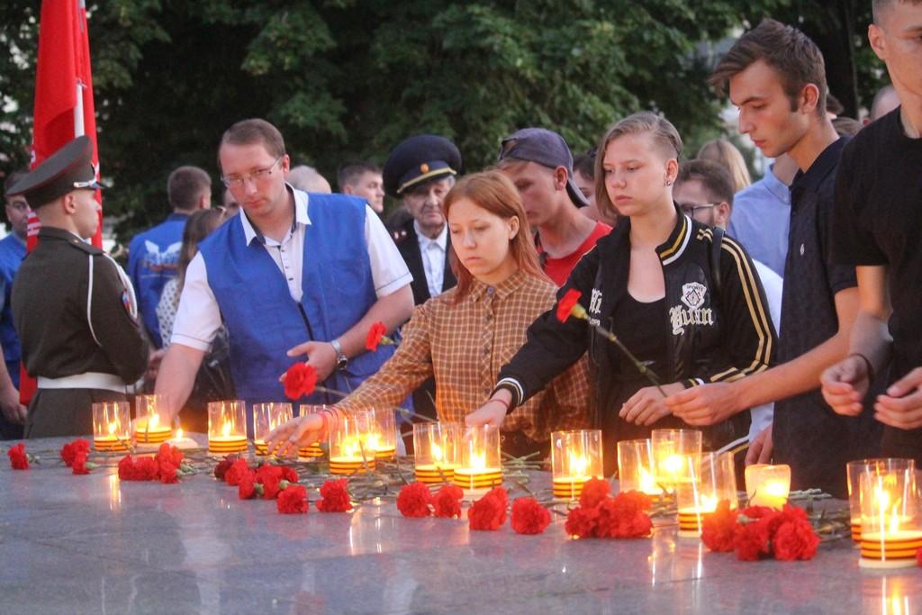 """Луганчане зажгли """"свечи памяти"""" в день начала Великой Отечестенной войны"""