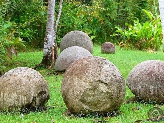 Загадочные круглые камни в карьере в Бурятии Большие каменные шары были обнаружены в угольном карьере поселка Саган-Нур в Республике Бурятия. «Загадка природы или следы цивилизации Их находят по