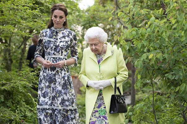 Герцогиня Кембриджская Кейт провела для королевы Елизаветы II экскурсию по саду
