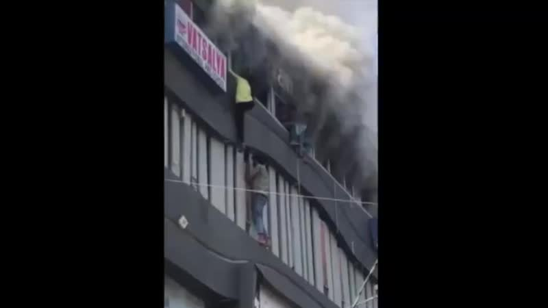 Жесткое видео из Индии. Там загорелась частная школа искусств, студенты оказались заперты огнём на третьем этаже и начали прыгат
