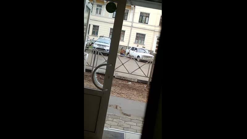 Анон. Первомайская площадь. Сливают бензин.