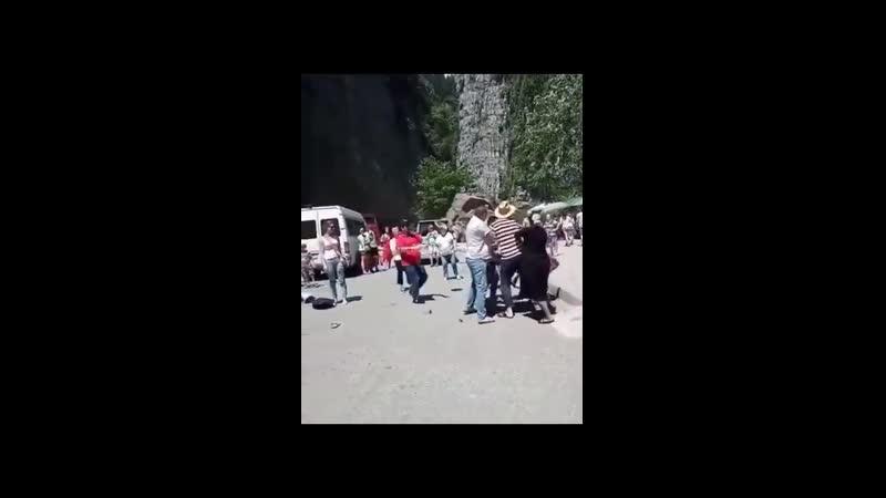В Абхазии обсуждают - правильно ли побили российского туриста за то, что он был в юбке? 👉bit.ly/31BLEL8
