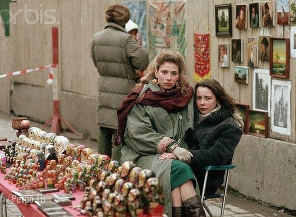 Торговля сувенирами на Арбате, Москва, 1991 год.