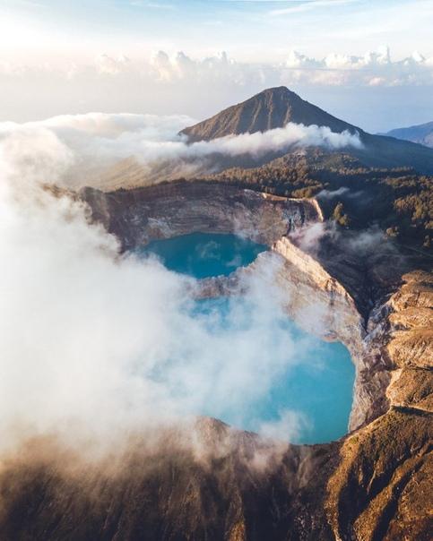 Восход солнца над вулканом Келимуту в Индонезии