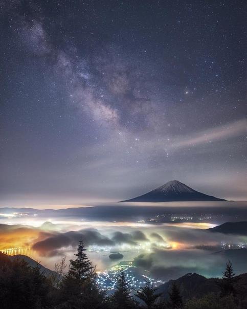 Окрестности горы Фудзи под легким покрывалом тумана