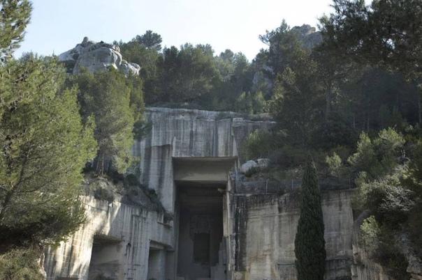 Каменоломни Карьер Огней на юге Франции. Коммуна Ле-Бо-де-Прованс на юго-востоке Франции одна из провансальских деревень, воплощающая собой южную французскую пастораль: каменное селение на