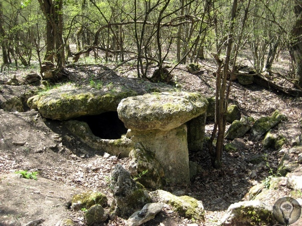Какие тайны скрывают мегалиты и дольмены Крыма На Крымском полуострове в местах пересечения подземных рек и разломов земной коры в разной степени сохранности располагаются памятники архитектуры