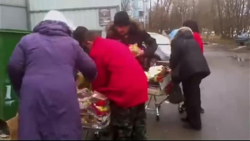 А ведь этим пенсионерам обещали достойную жизнь и пенсию.. Действие происходит в Новосибирске возле магазина Пятёрочка Обид