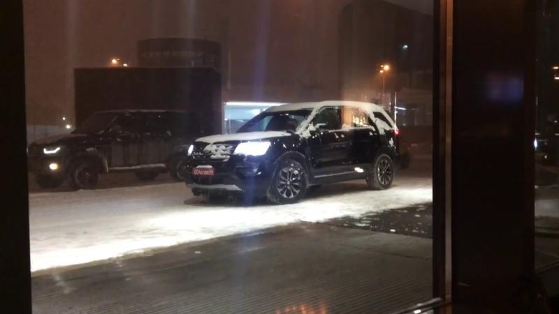 Вице консул США в Екатеринбурге Майкл Ритчи с коллегами покидает вечеринку в Хайятте
