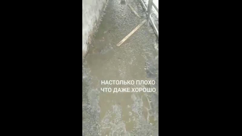 В центре Челябинска людям приходится бежать по поребрикам и увиливать от машин