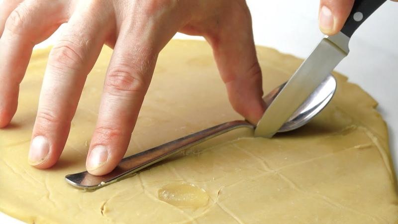 Обводим ложки кончиком ножа и выпекаем Пальчики оближешь
