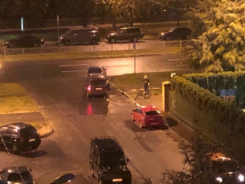 Выезжая от дома 15 на улицу Нахимова , автомобиль (марка и госномер не видно) сбил велосипедиста, который ехал по тротуару справа налево.