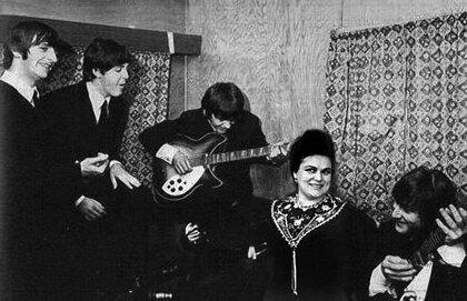 Людмила Зыкина и Битлз С группой Битлз связано не мало легенд. Одна из них рассказывает о том, что в конце 60-х Людмила Зыкина пела с битлами в одном из американских ресторанов. И как